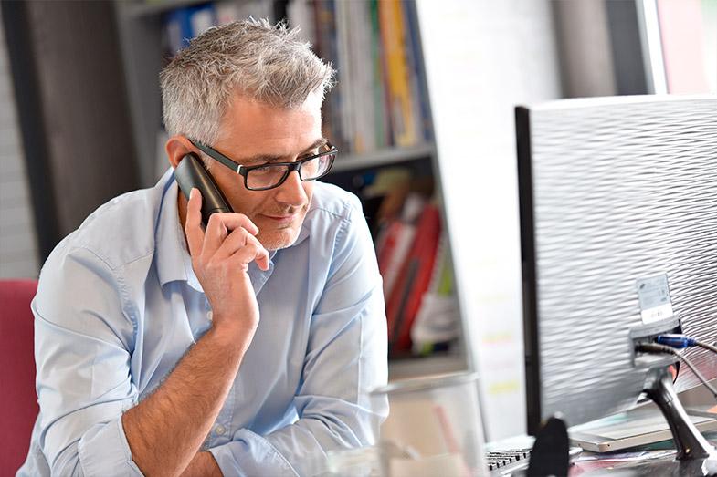 Por que as pessoas com perda auditiva tem dificuldade de falar ao telefone?
