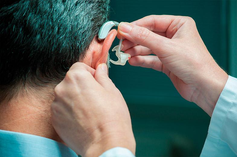 Qual a importância da tecnologia dos aparelhos auditivos nessa questão?