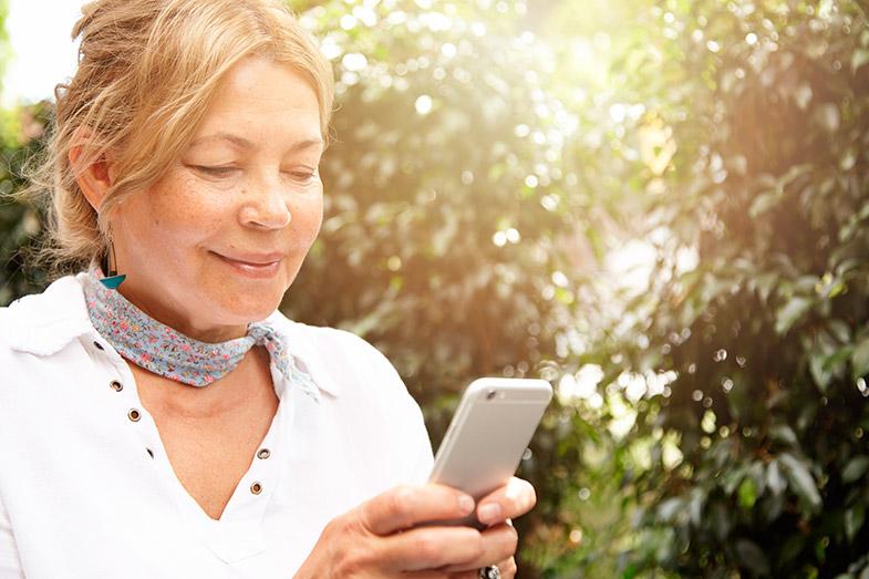 Descubra como o aparelho auditivo pode favorecer a comunicação via telefone