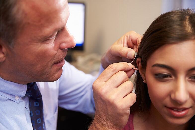 Como a leitura labial com aparelho auditivo é benéfica ao paciente